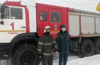 Тверские пожарные спасли из колодца промокшего и напуганного мальчика