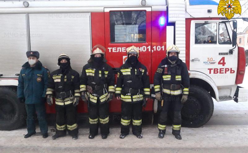 Тверские пожарные спасли женщину, кошку и собаку