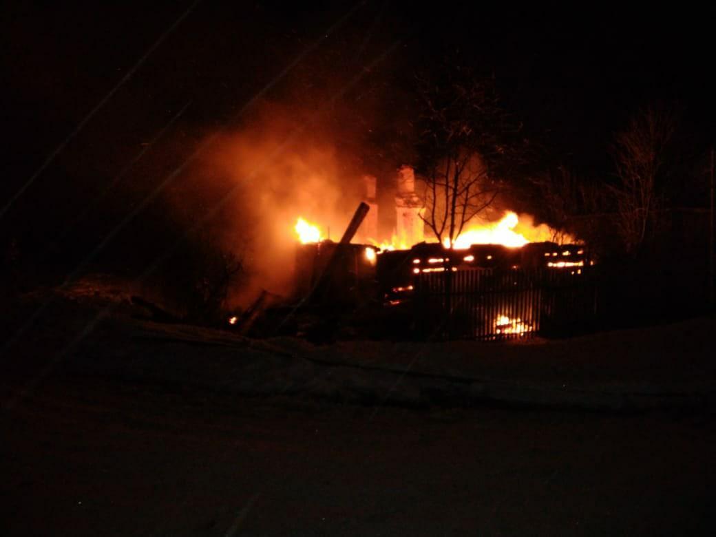 Деревенский дом московской семьи полностью сгорел в Тверской области