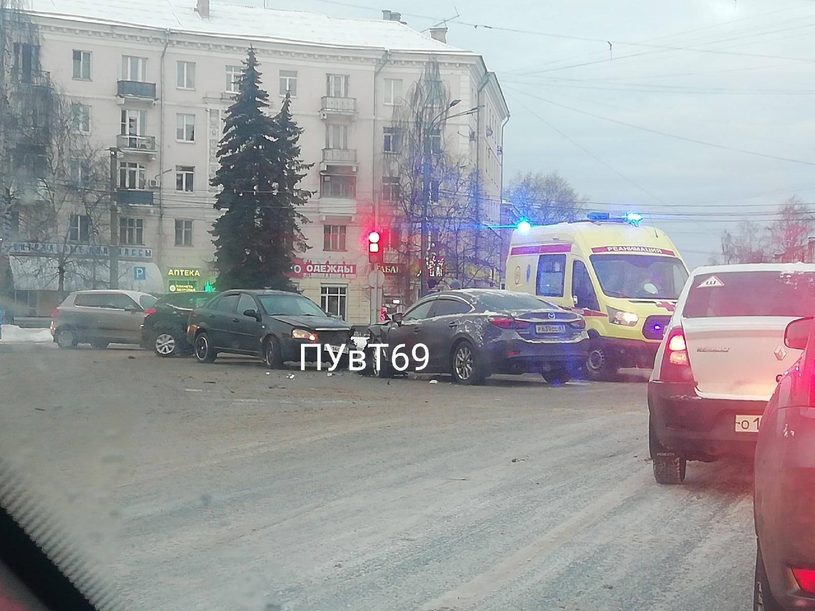Опубликовано видео жесткого столкновения машин в Твери