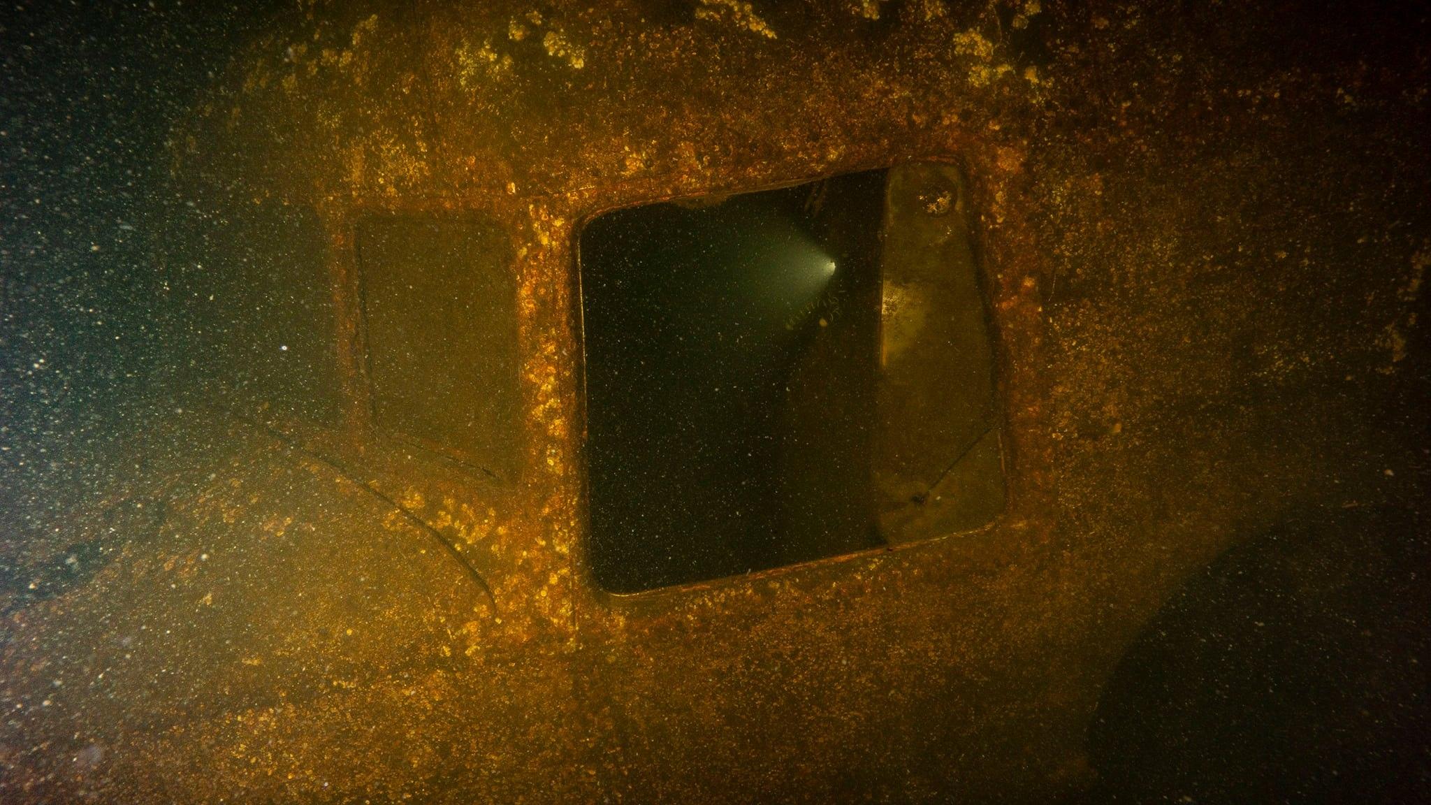 Опубликовано видео, как тверские дайверы опустились на дно озера к самолету