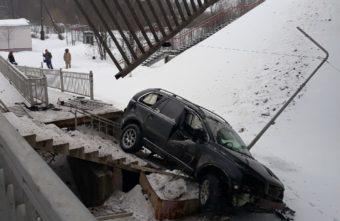 В Подмосковье машина рухнула с путепровода рядом с тверской электричкой