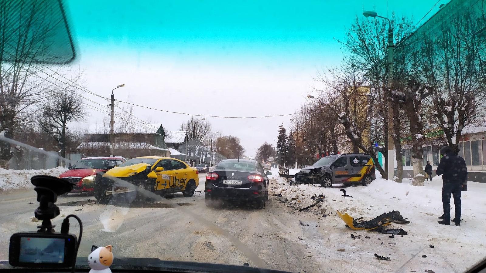 """В Твери таксист не уступил дорогу """"Ситроену"""""""