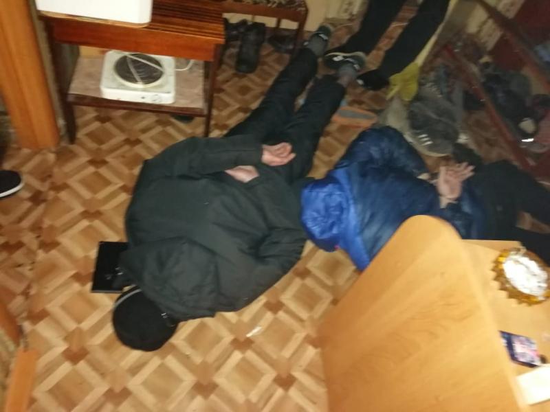 Опубликовано видео, как в Тверской области накрыли квартиру-наркопритон