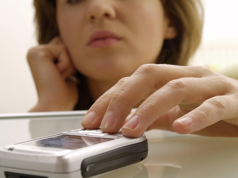 Женщина украла телефон у рассеянного посетителя кафе в Тверской области