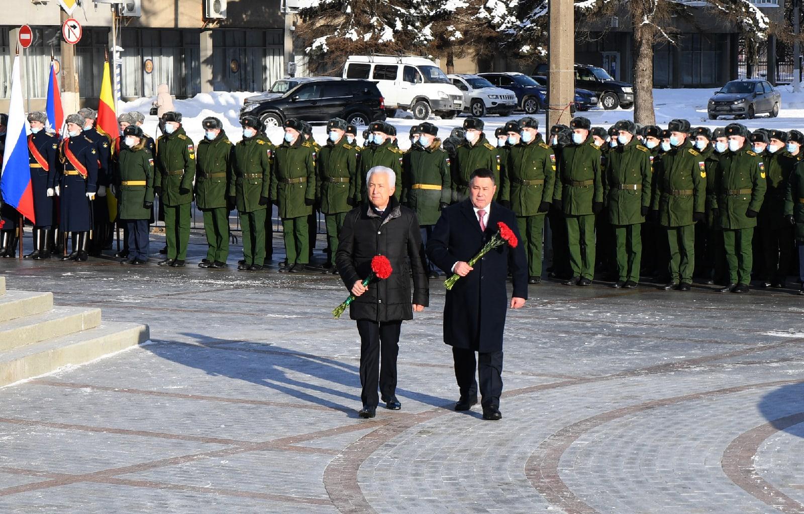 Игорь  Руденя и Владимир Васильев возложили цветы к стеле «Город воинской славы» в Твери