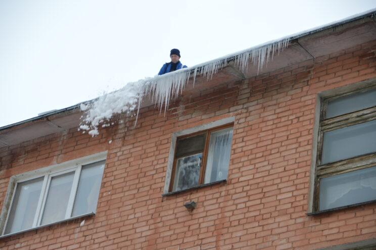 Опасная оттепель: в Твери крыши чистят от снега и сосулек