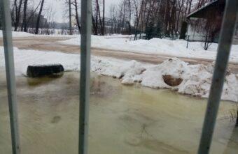 Жилой дом «поплыл» из-за талых вод в Тверской области