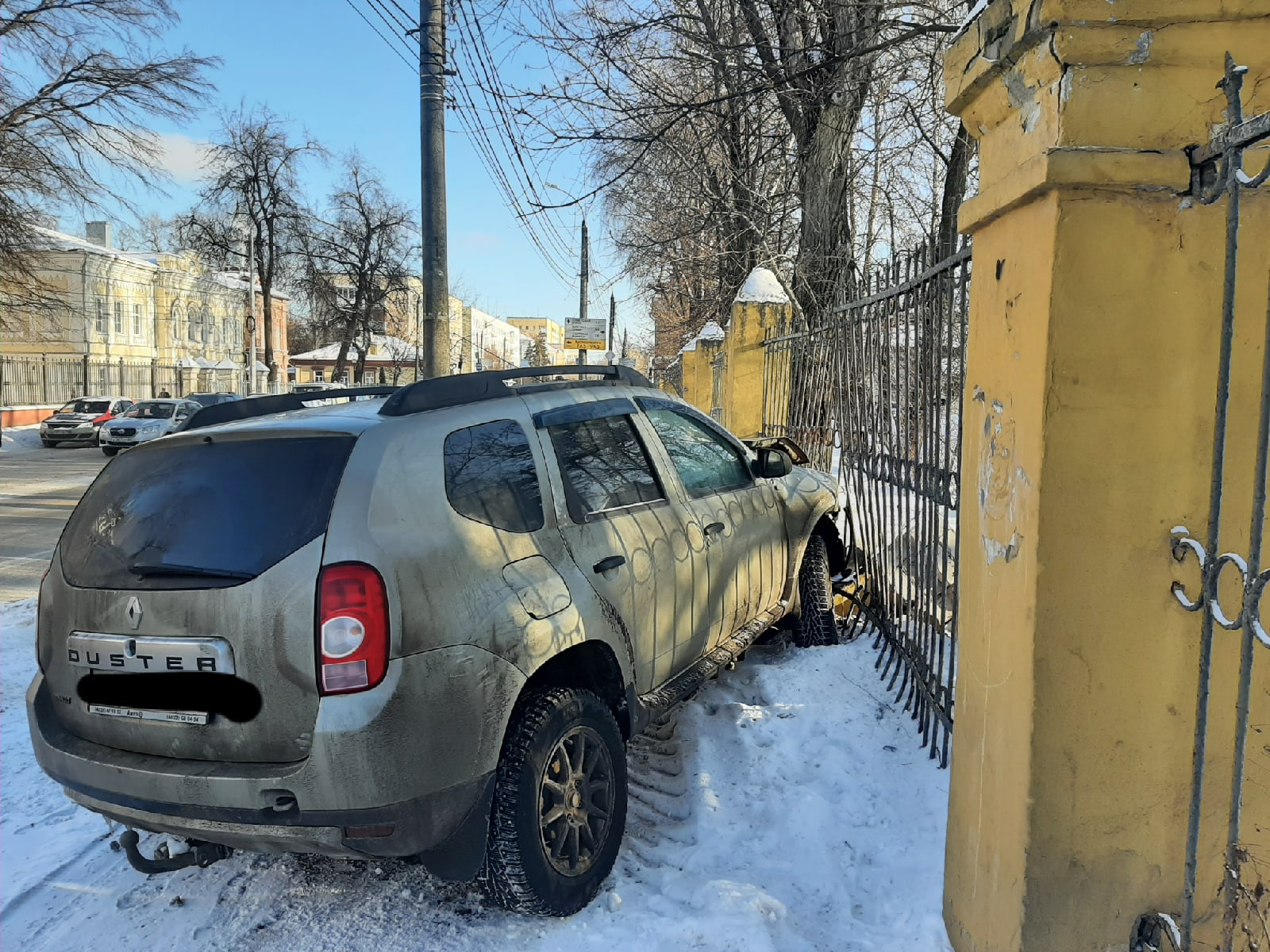 Внедорожник пробил больничный забор в Твери