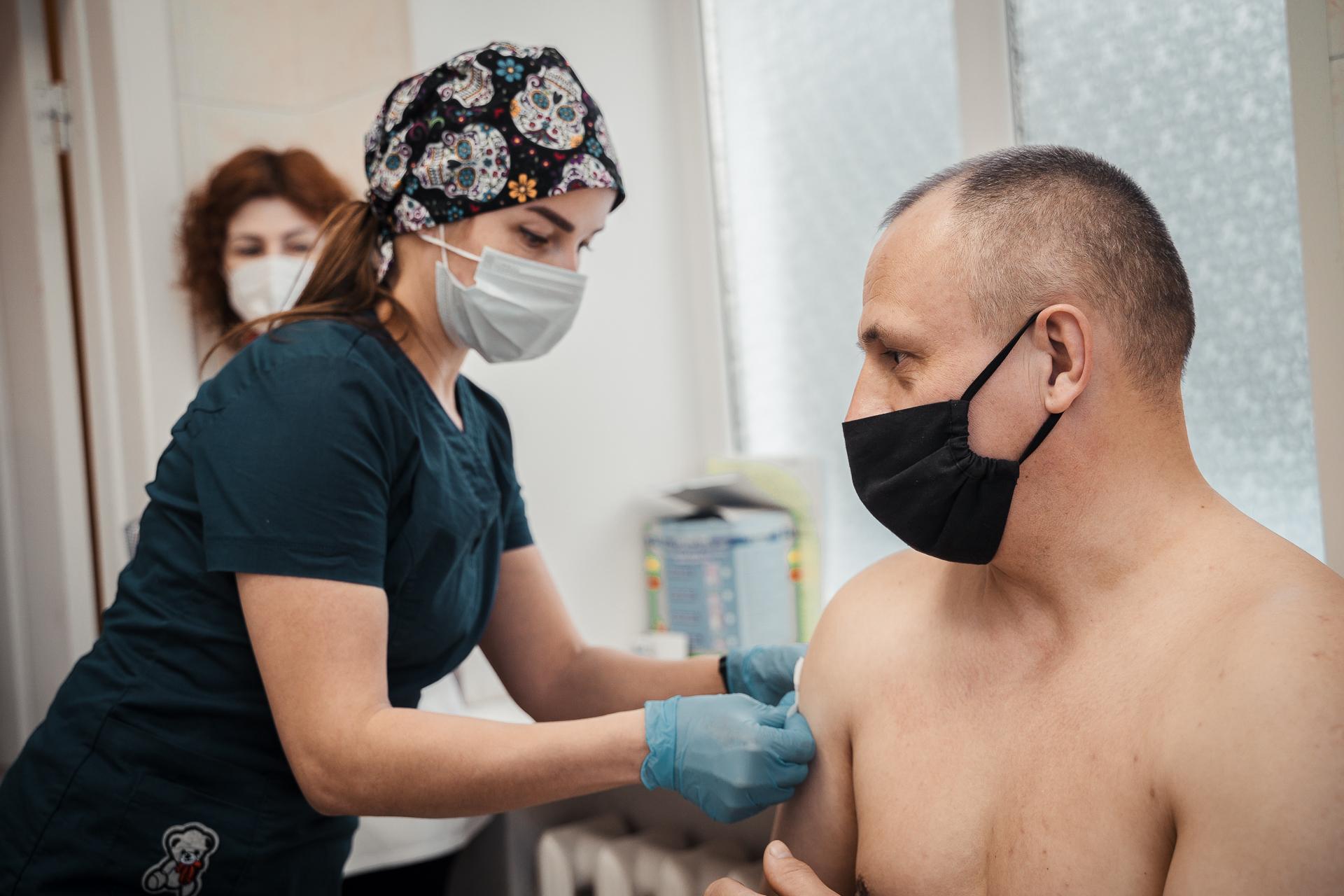 """Водители тверских автобусов сделали прививку от """"короны"""": фоторепортаж"""