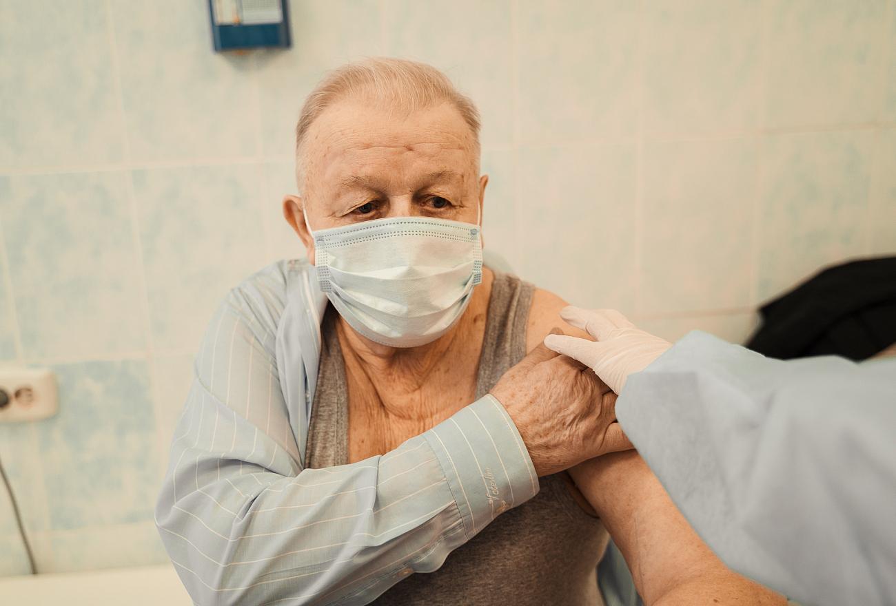 Больше 22 000 пожилых жителей Тверской области сделали прививку от COVID-19