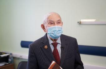 96-летний ветеран сделал прививку от ковида в Твери