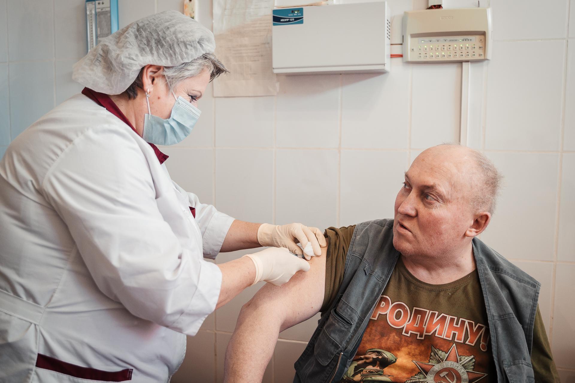 Медики назвали предельный возраст для вакцинации от коронавируса в Тверской области