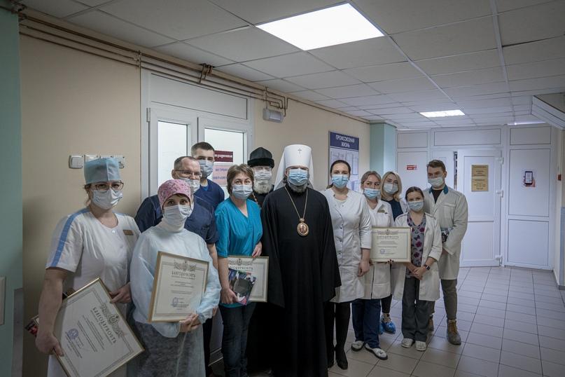 Тверской митрополит Амвросий посмотрел детскую больницу и наградил медиков