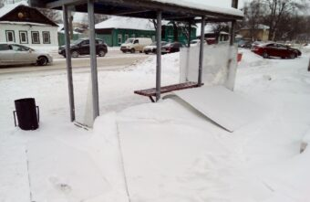 Вандалы разнесли автобусную остановку в Твери