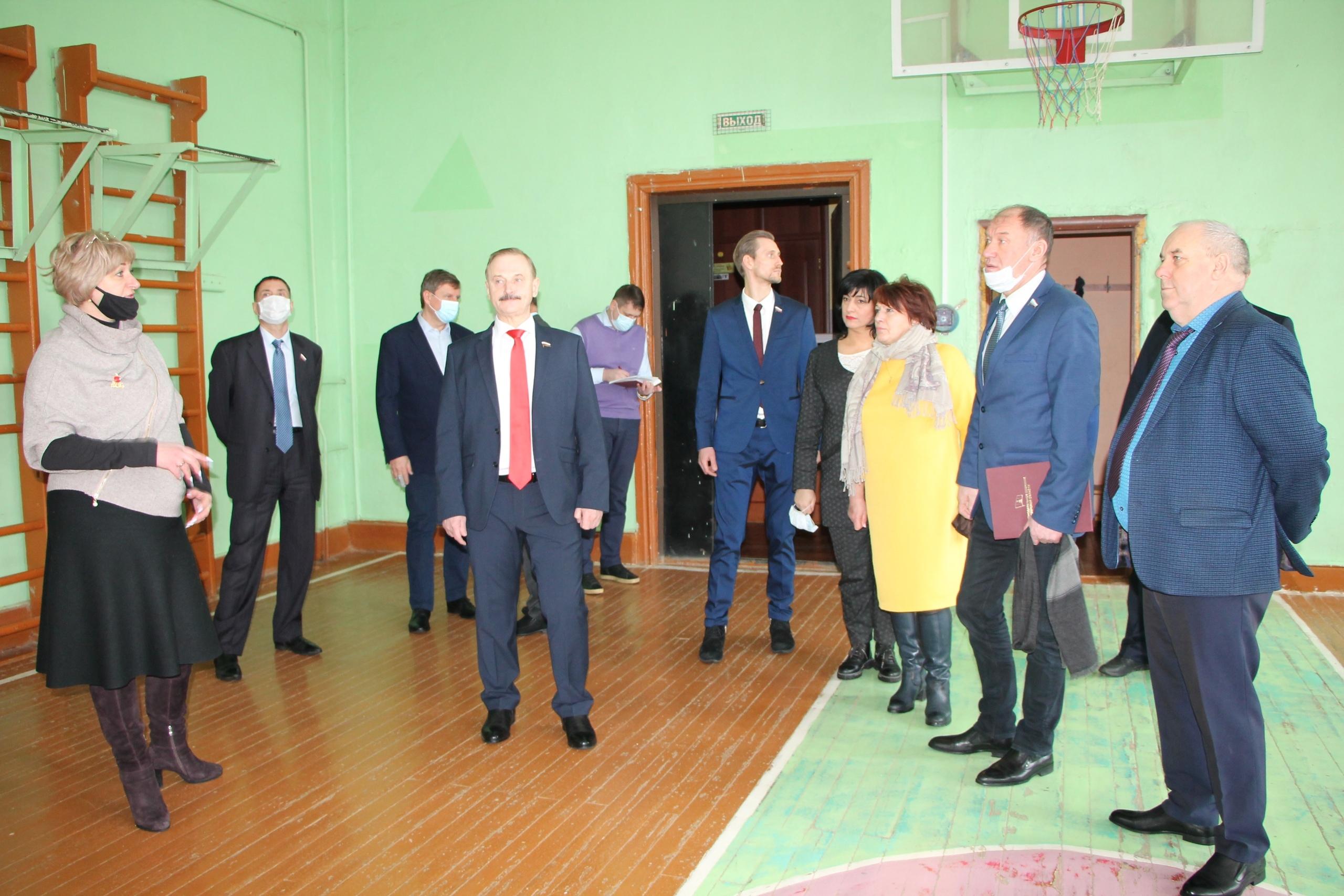 В исторической гимназии в Тверской области отремонтируют кровлю, фасад и спортзал