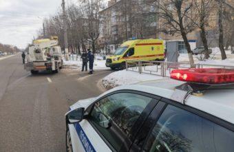 Пешеход-нарушитель попал под колёса автовышки в Твери