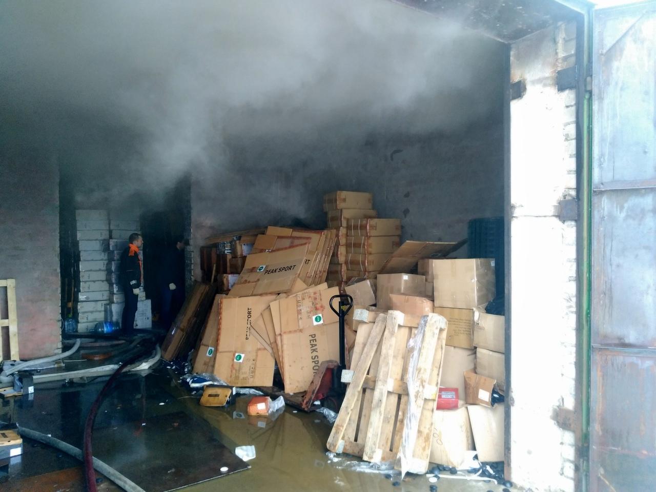 Пожарные потушили горящий склад в промзоне в Тверской области