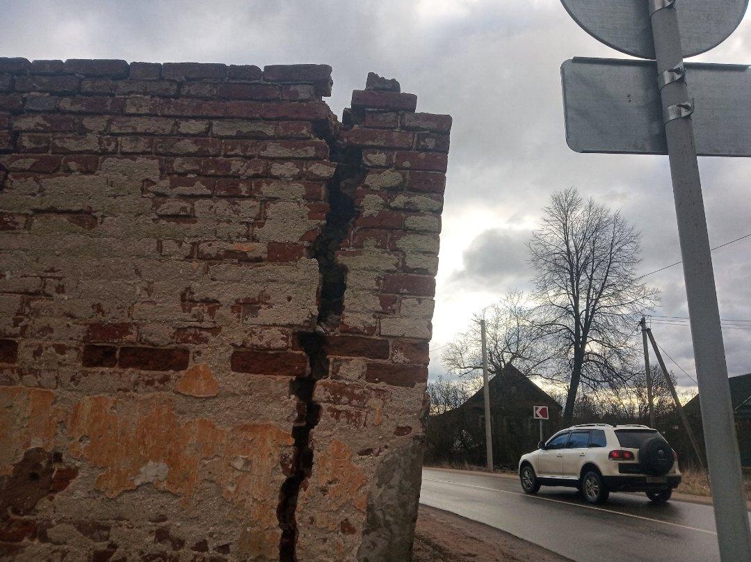 Смертельная опасность падающего памятника под Тверью привлекла внимание властей