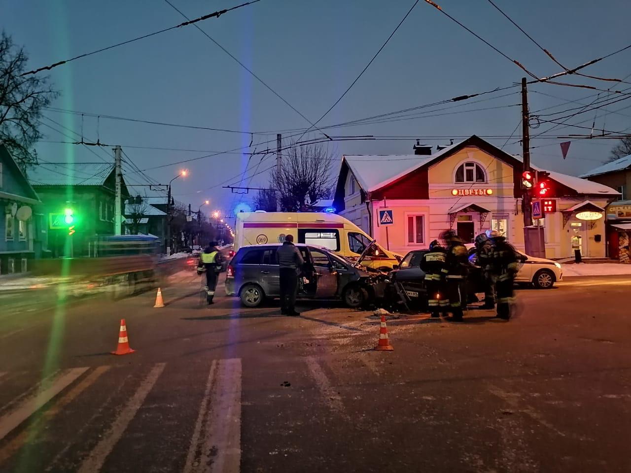 В Твери не поделили дорогу две иномарки, есть пострадавшие