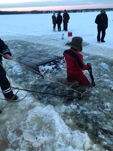 Внедорожник с тремя людьми в Тверской области провалился под лед и затонул