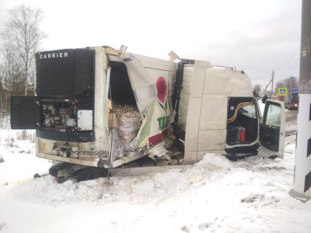Опубликованы фото аварии в Тверской области с участием «Камаза» и «Вольво»