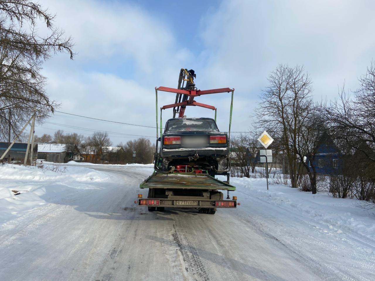 У 19-летнего парня отобрали машину в деревне под Тверью