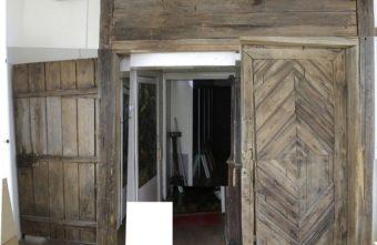 Уникальные старинные амбарные ворота с подписью можно увидеть в Тверской области