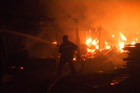 Поздно вечером в Тверской области сгорела часть пилорамы