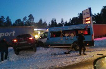 """Опубликовано видео лобового столкновения кроссовера и микроавтобуса у мотеля """"Тверь"""""""