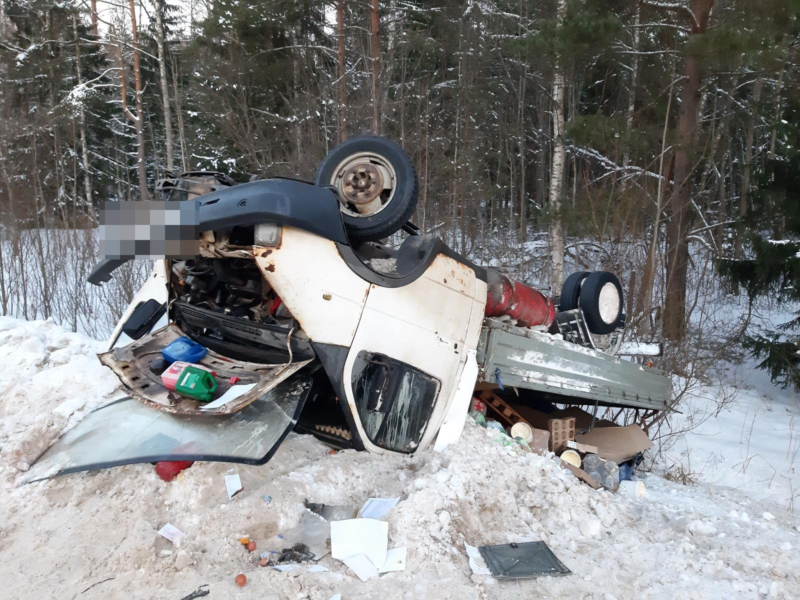 Опубликованы фото аварии в Тверской области, где столкнулись иномарка и автофургон
