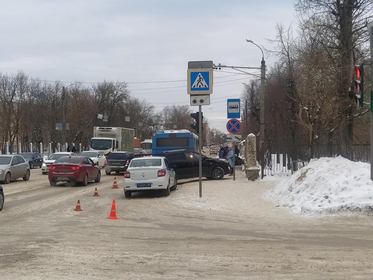 В Твери Hyundai врезался в автобус и сбил пешеходов