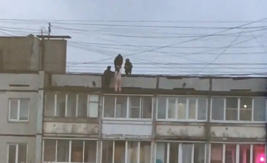 Подростками, разгуливающими по крыше 9-этажного дома в Твери, заинтересовались следователи