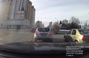 """Появилось видео момента ДТП с перевернувшейся """"скорой"""" в Твери"""