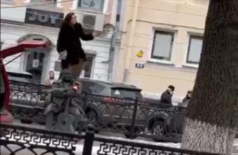 """Опубликовано видео, как полицейские досматривают машину """"неадекватной"""" девушки в Твери"""