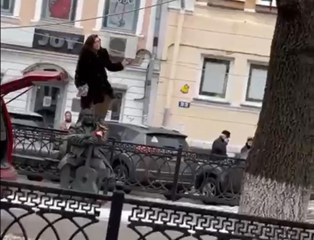 Опубликовано видео, как неадекватная женщина в Твери лазает по памятнику Кругу