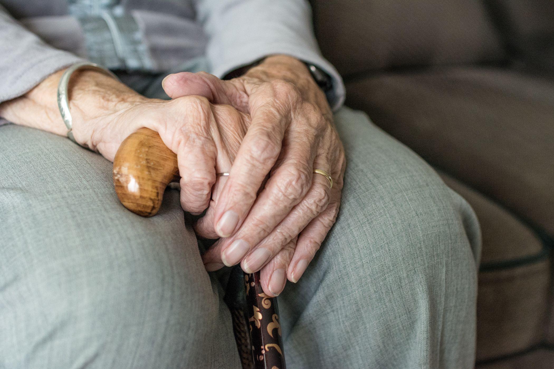 В Тверской области внучка обокрала пенсионерку, которая хранила миллион в стиральной машине