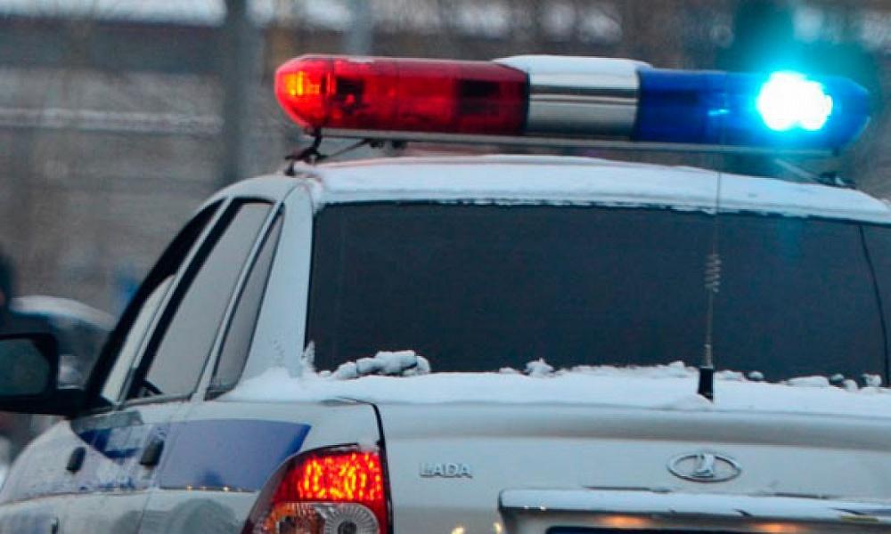 В Тверской области водитель врезался в снежный вал, двое пострадали