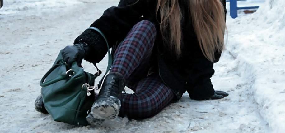 В Тверской области девочка сломала ногу на обледенелой школьной дороге