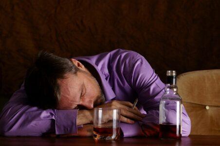 Пока хозяин спал, его обокрал собутыльник в Тверской области