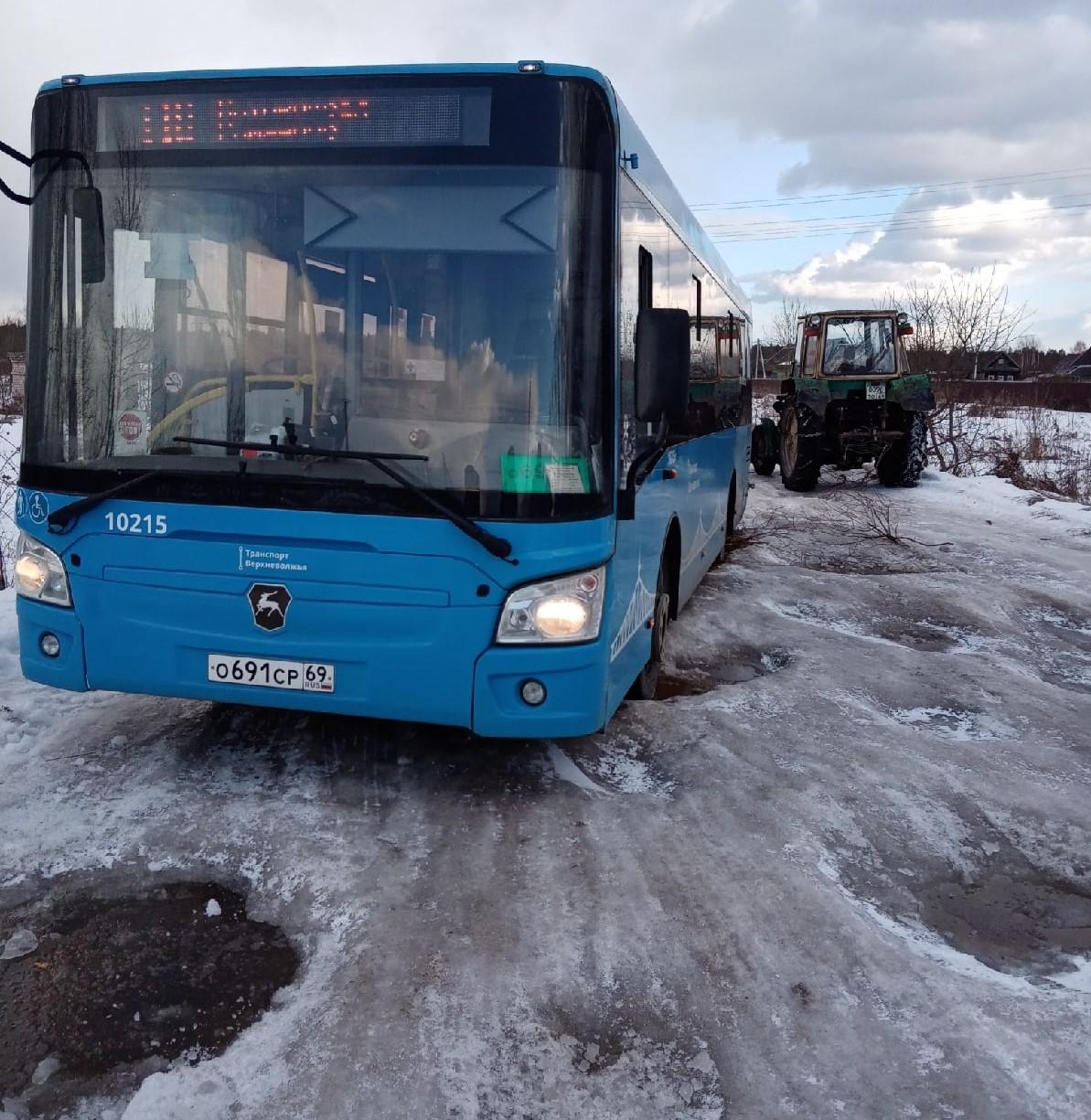 Под Тверью застрявший на бездорожье автобус толкали деревенские жители
