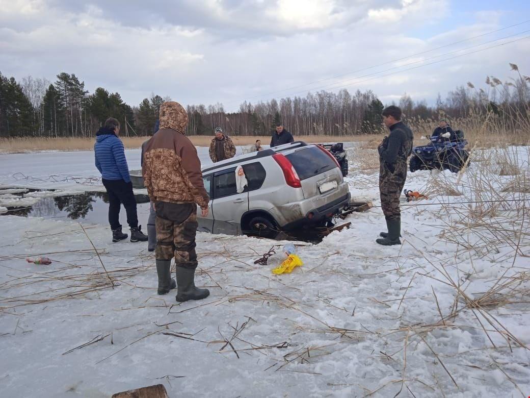 В Тверской области из полыньи на Селигере доставали внедорожник