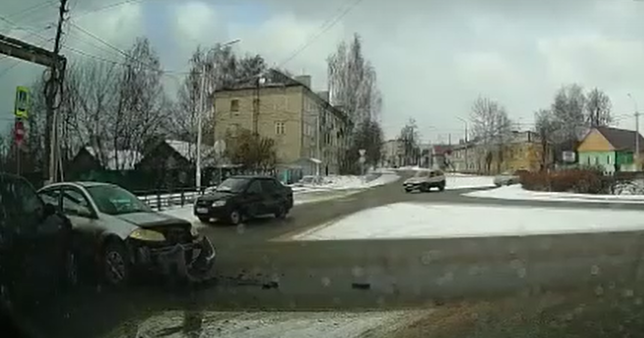 Водители спорят, почему женщина начала таранить иномарку в Тверской области