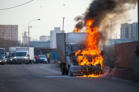 """В Твери водители вместе потушили загоревшуюся на набережной """"Газель"""""""