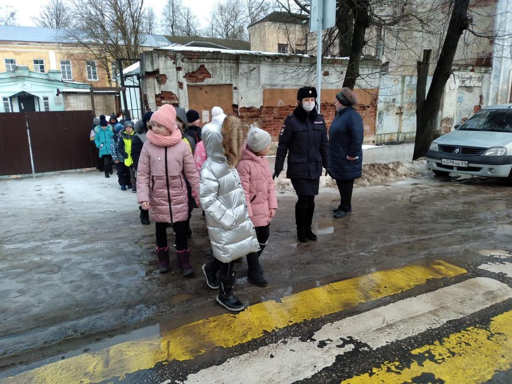 Вышневолоцкие автоинспекторы и педагоги провели для школьников акцию «Пусть дорога домой будет безопасна!»