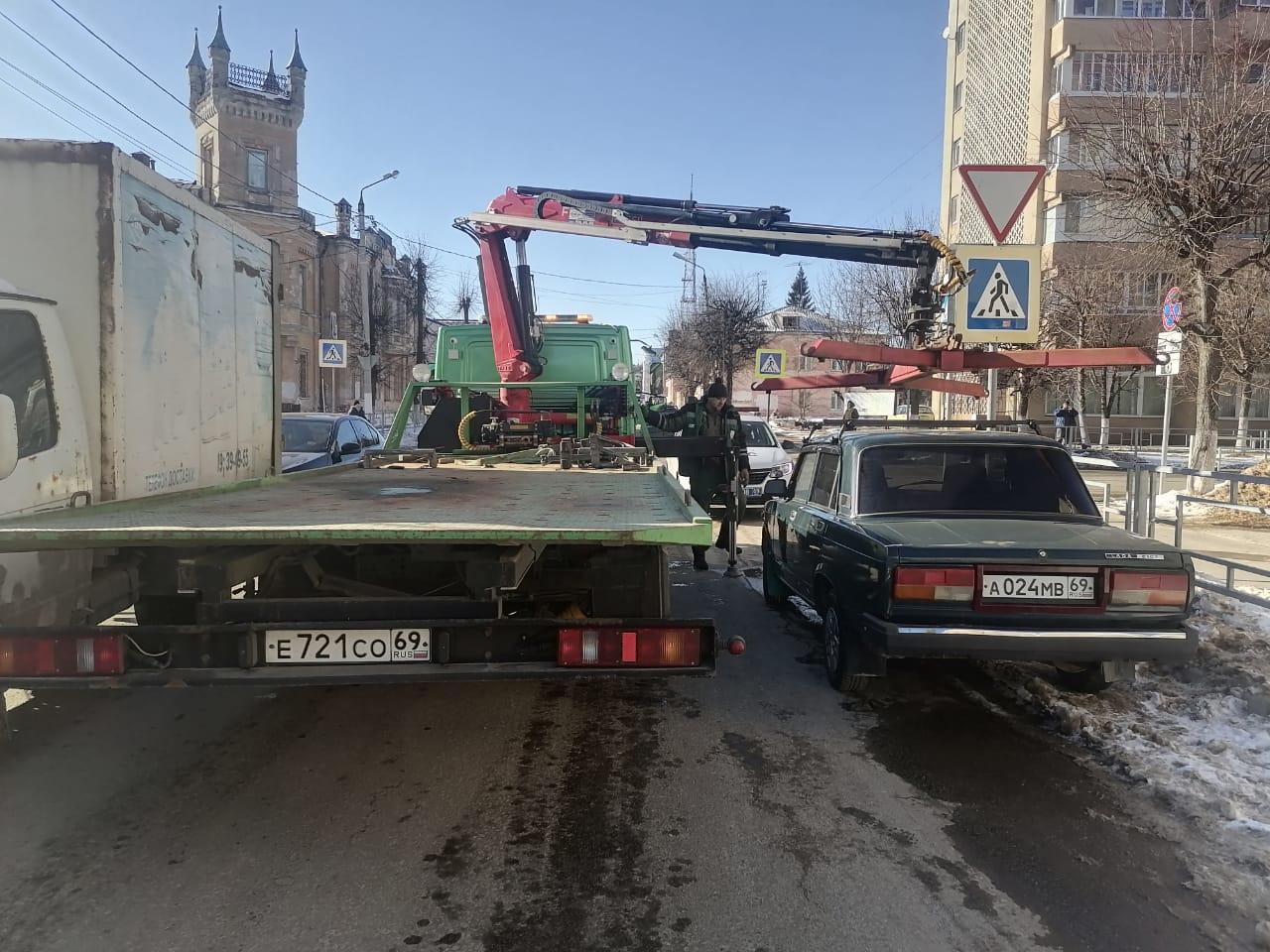 В Твери забрали машины у водителей, не успевших раньше эвакуатора