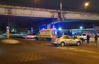 Попытка водителя свернуть с главной дороги в Твери обернулась аварией