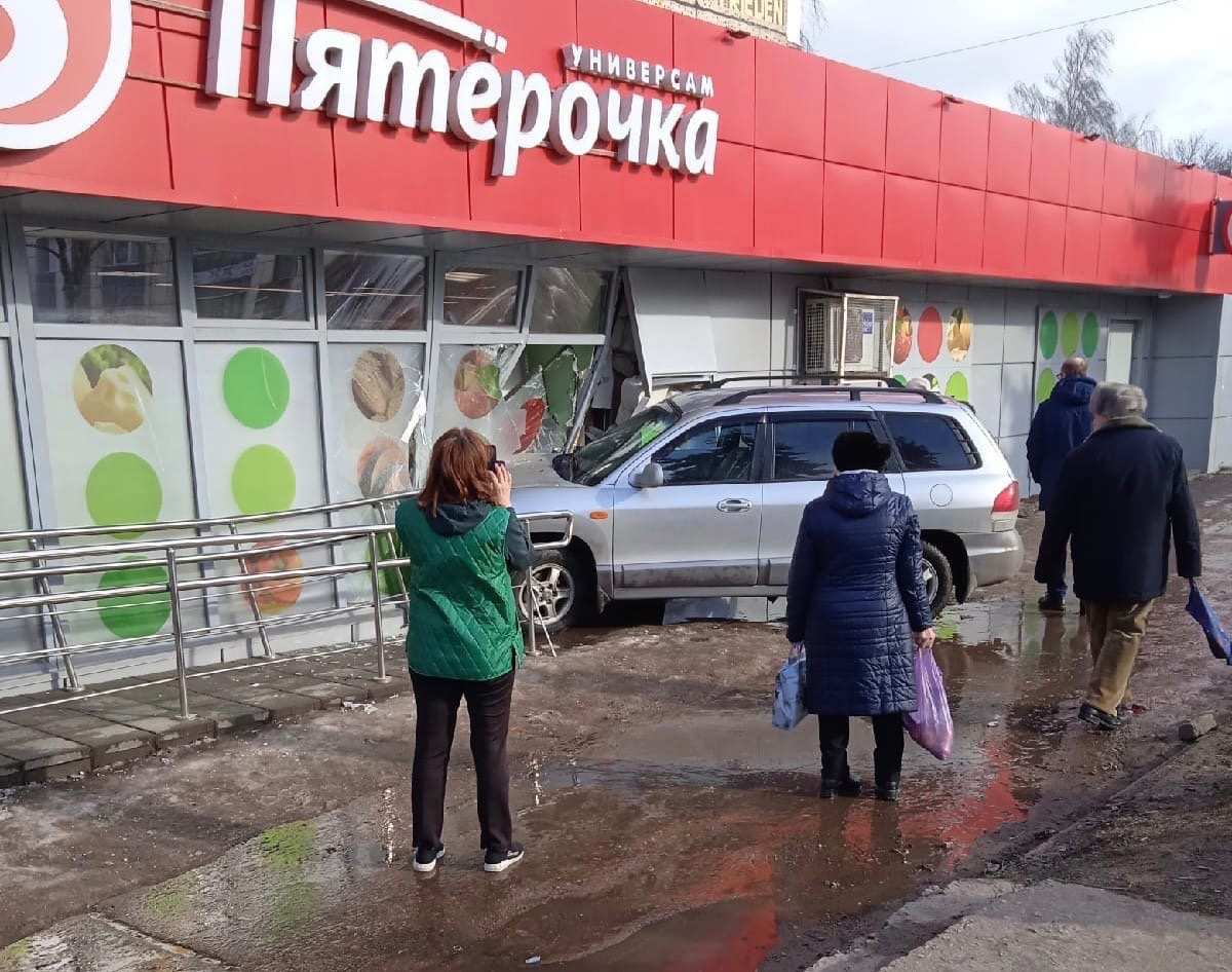 Иномарка протаранила стену супермаркета в Твери