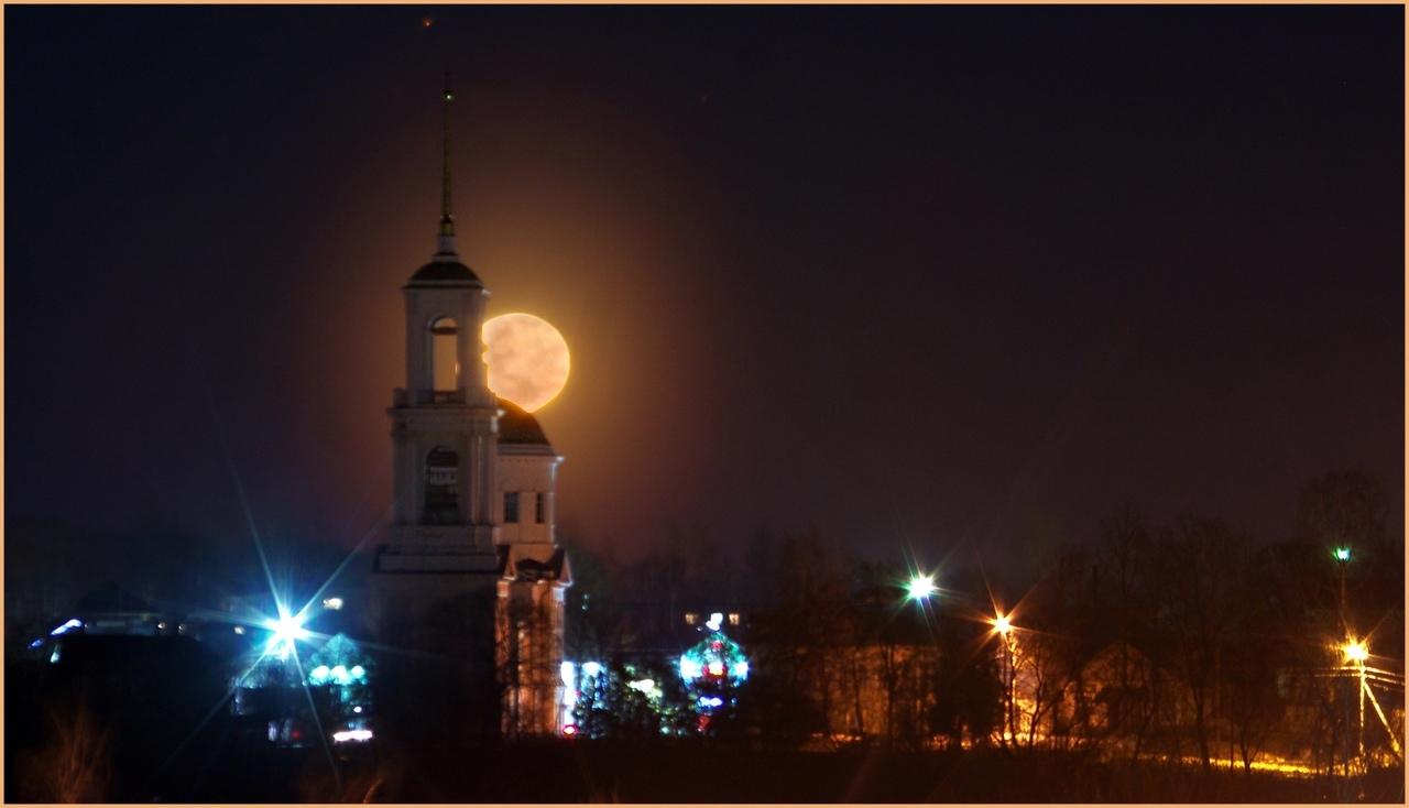 Второй вечер в Тверской области гуляет огромная красавица-луна