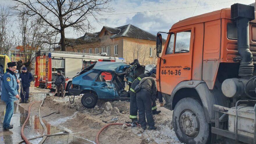Появилось видео ДТП, в котором грузовик протаранил ВАЗ в Твери